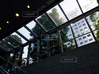 溜池山王駅エスカレーターに差し込む光の写真・画像素材[1092346]