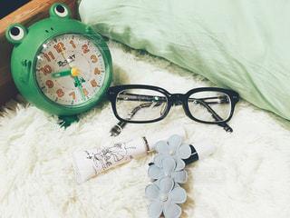 かえるの目覚まし時計のあるベッドサイドの写真・画像素材[1094963]