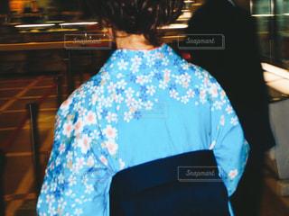 大学を卒業する女性の後ろ姿の写真・画像素材[1095975]