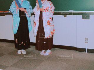 大学を卒業する女性2人の写真・画像素材[1096154]