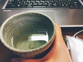 日本酒を飲みながらパソコンの写真・画像素材[1096252]