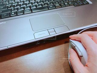 パソコンをする手の写真・画像素材[1096254]
