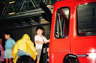 小さな男の子の消防士体験の写真・画像素材[1097480]