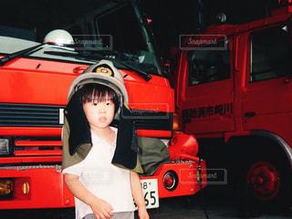 小さな男の子の消防士体験の写真・画像素材[1097933]