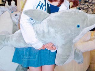 大きなイルカのぬいぐるみを持った女性の写真・画像素材[1099662]