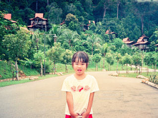 ランカウイ島で記念撮影する女の子の写真・画像素材[1100637]