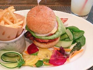 テーブルの上にハンバーガーのプレートの写真・画像素材[1102181]