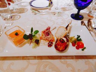 ワイングラスと披露宴の料理の写真・画像素材[1105030]