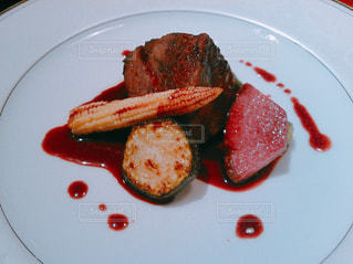 肉と野菜のプレートの写真・画像素材[1105031]