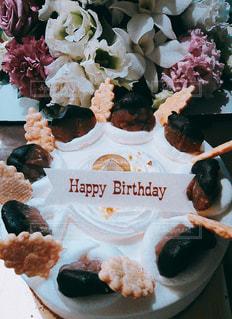 花とケーキのアップの写真・画像素材[1105032]
