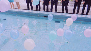 プールから風船が飛び立つの写真・画像素材[1105051]
