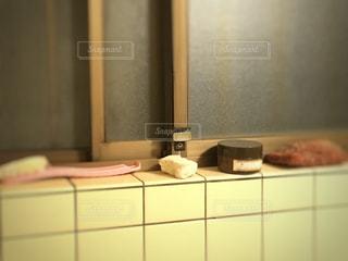 古い浴室にあるメラミンスポンジの写真・画像素材[1107106]