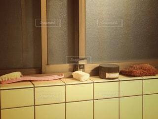 古い浴室の汚い棚の写真・画像素材[1107110]