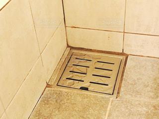 古い浴室の排水溝の写真・画像素材[1107307]