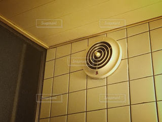 古い浴室と汚い換気扇の写真・画像素材[1107788]
