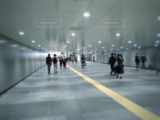 渋谷駅地下を歩いている人々 - No.1112534