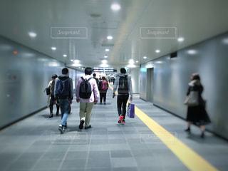 渋谷駅の地下を歩く人々の写真・画像素材[1112535]