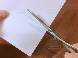 はさみで紙を切るの写真・画像素材[1112757]