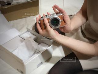 ミラーレス一眼が届いて喜ぶ女性の写真・画像素材[1121175]