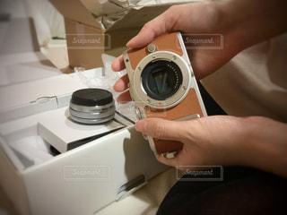 届いたカメラを持つ手の写真・画像素材[1121176]
