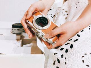 届いたミラーレスを持つ女性の写真・画像素材[1121225]