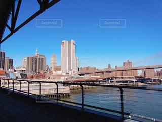 サウスストリートシーポートのテラスから見るブルックリンブリッジの写真・画像素材[1128571]