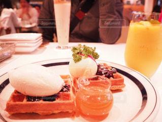 カフェで食べるブルーベリーワッフル - No.1132035