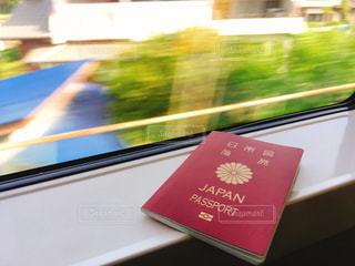 成田エクスプレスの窓とパスポートの写真・画像素材[1164256]