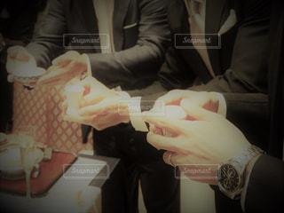 披露宴でお猪口を持っている男性招待客の写真・画像素材[1453306]