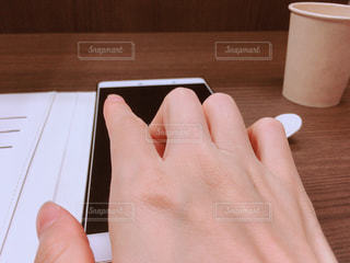 タブレットを指でタップの写真・画像素材[1487409]