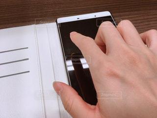 タブレットを指でタップの写真・画像素材[1487412]