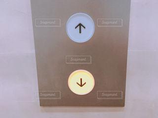 エレベーターの下ボタンの写真・画像素材[1492655]