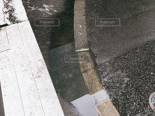 雨上がりの水たまりに映るビルの写真・画像素材[1492674]
