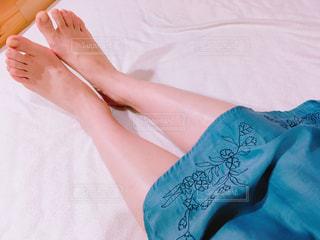 ベッドの上で足を休ませるの写真・画像素材[1502001]