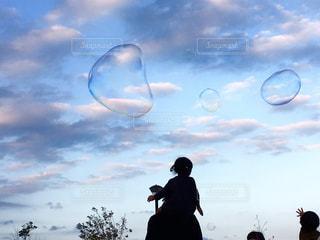 しゃぼん玉と子供達の写真・画像素材[1523397]