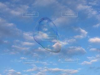 しゃぼん玉の飛ぶ空の写真・画像素材[1527520]