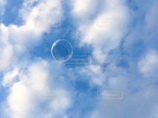 しゃぼん玉の飛ぶ空の写真・画像素材[1527547]