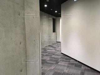 コンクリート打ちっ放しの壁の廊下の写真・画像素材[1529124]