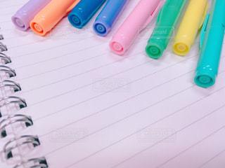 カラーペンとノートの写真・画像素材[1556047]