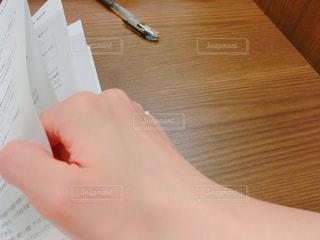 テキストを読む手の写真・画像素材[1556761]