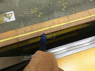 電車とホームの隙間が広く空いているの写真・画像素材[1670461]