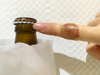 ケガをしてハイドロ救急バンを巻いた指の写真・画像素材[1711501]