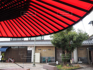 カラコロ広場の大きな和傘の写真・画像素材[1799768]