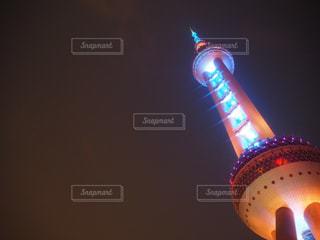 ライトアップされた上海テレビ塔の写真・画像素材[1815765]