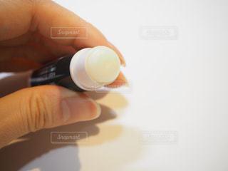 薬用リップクリームを持つ手の写真・画像素材[1839269]