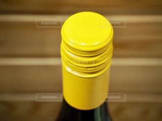 スクリューキャップのワインボトルの写真・画像素材[1860129]