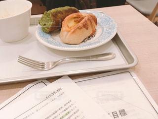 昼休みに勉強しているイメージの写真・画像素材[2004375]