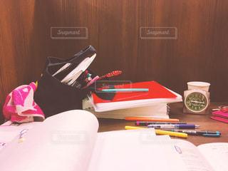 雑然とした勉強中の机の上の写真・画像素材[2042641]