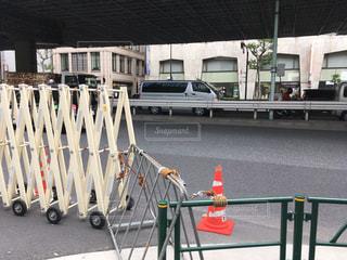 米国大使館方面の道が警備されています。の写真・画像素材[2159594]