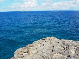 最南端の碑近くの海の写真・画像素材[2390276]